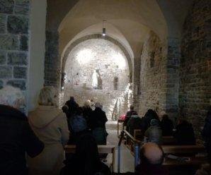 Adulti in preghiera a Sant'Ampelio